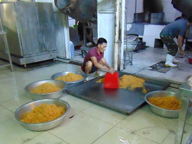 Ở các công đoạn sản xuất chà bông gà, công nhân đều không mang khẩu trang, không mang găng tay theo quy định.