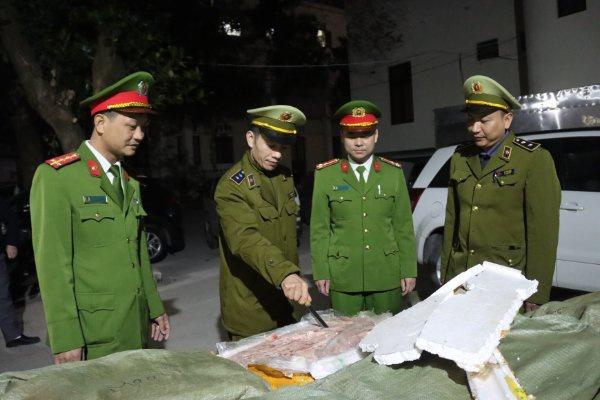 Lực lượng chức năng tiến hành kiểm tra hơn 2 tấn nầm lợn nhập lậu